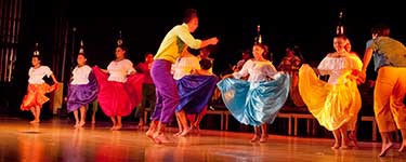 Grupo de danza Ayazamana bailando música del ecuador